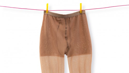 Eine Thrombose-Strumpfhose hängt an der Wäscheleine