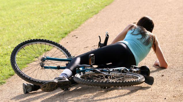 Junge Frau ist vom Fahrrad gestürzt.