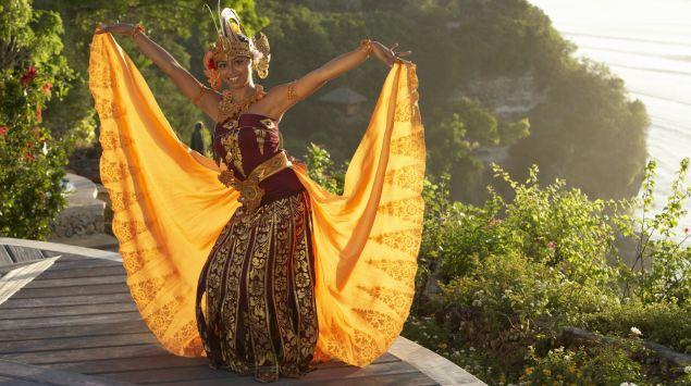 Das Bild zeigt eine indonesische Tänzerin.