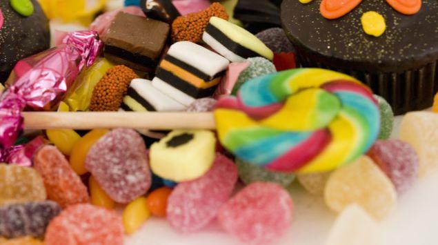 Das Bild zeigt mehrere verschiedene Süßigkeiten.