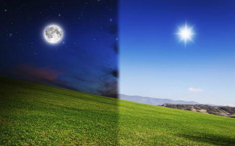 Man sieht eine Bildhälfte bei Nacht, die andere bei Tag.