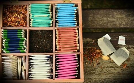 Das Bild zeigt mehrere Teesorten in einem Kasten.