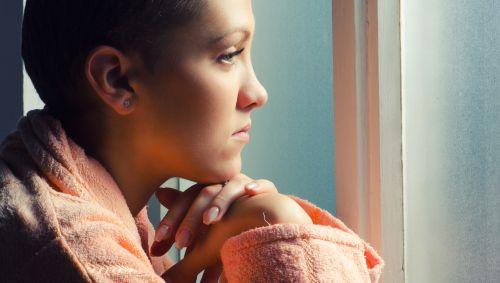 Eine junge Frau nach der Chemotherapie.