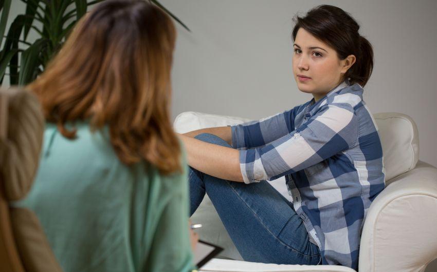 Jugendliches Mädchen bei der Pschotherapie