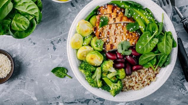Ein Teller mit Fleisch, Salat und Gemüse