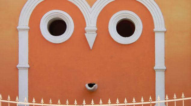 Man eine Tempelwand, auf der ein Gesicht zu erkennen scheint.