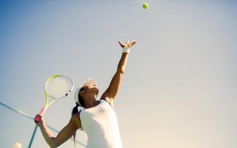 Tennisspielerin beim Aufschlag.