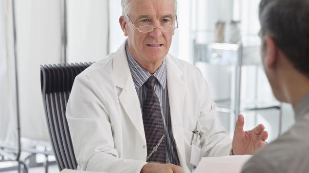 Ein Arzt spricht mit einem Patienten.