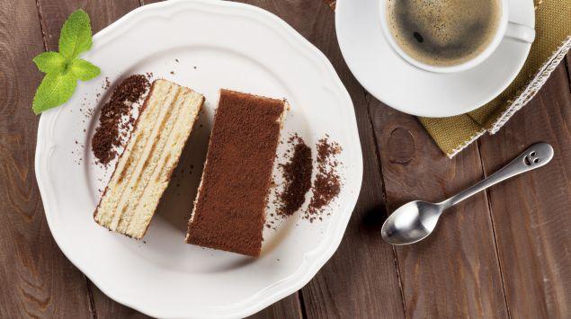 Das Bild zeigt ein Stück Tiramisu und eine Tasse Kaffee.