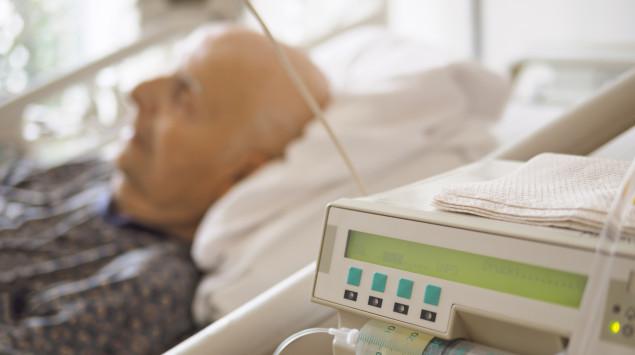 Covid-19 kann tödlich verlaufen: Ein alter Mann ligt im Krankenhausbett