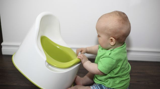 Baby spielt mit Töpfchen