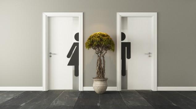 Zwei Toiletten mit je einem männlichen und einem weiblichen Symbol.