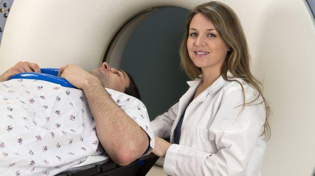 Das Bild zeigt einen Patienten vor einer Positronen-Emissions-Tomographie.