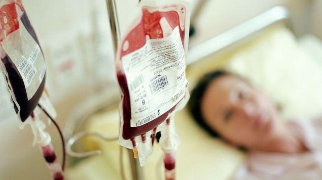 Eine Frau erhält eine Bluttransfusion.