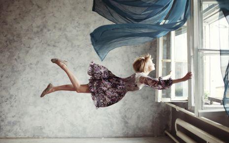 """Je länger der Schlaf dauert, desto surrealer werden Träume mit jeder REM-Phase. Träume gegen Morgen haben deswegen oft """"verrückte"""" Inhalte."""
