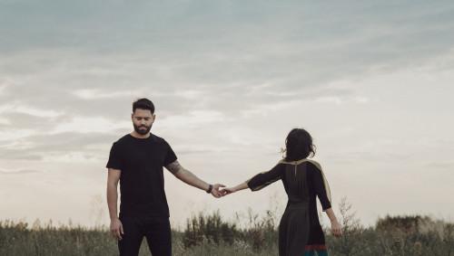 Mann und Frau, die ihre Hände loslassen.