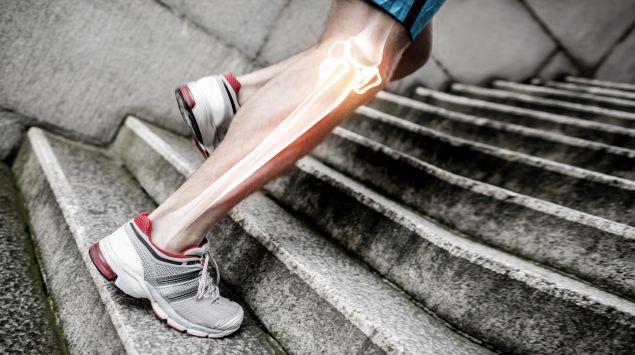 Das Bild zeigt einen Mann, der eine Treppe hochläuft.