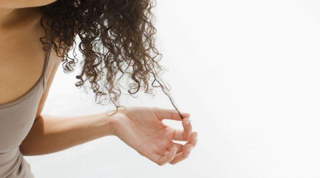 Frau reißt sich die Haare aus.