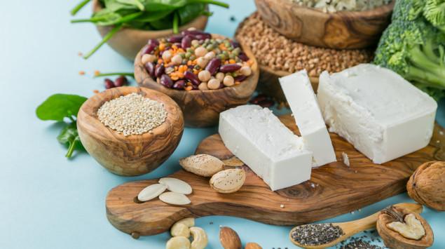 Verschiedene Lebensmittel, die als gute vegane Proteinquellen gelten.