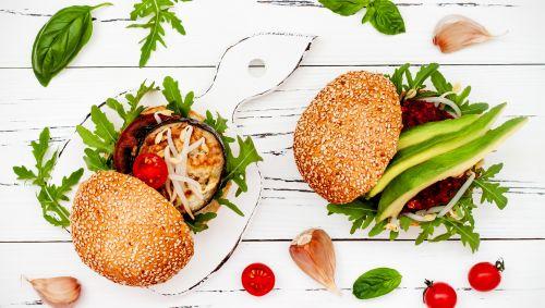 Das Bild zeigt zwei vegetarische Burger.