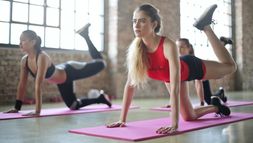 Eine Gruppe Frauen beim Training auf Fitnessmatten.