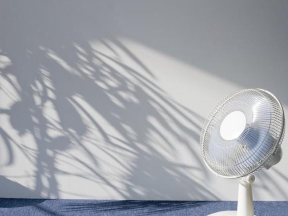Ein Ventilator in einem schattigen Raum.
