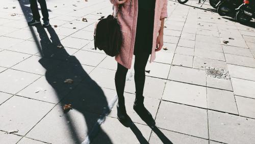 Der Schatten eines Mannes hinter einer Frau.