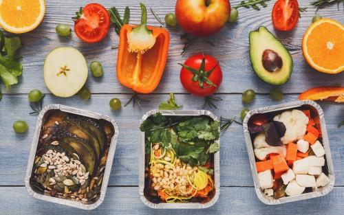 Verschiedene Nahrungsmittel und Gerichte auf einem Tisch.