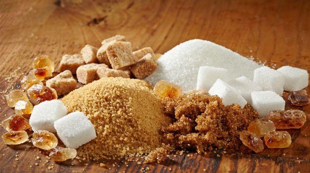 Verschiedene Zuckersorten auf einem Haufen.