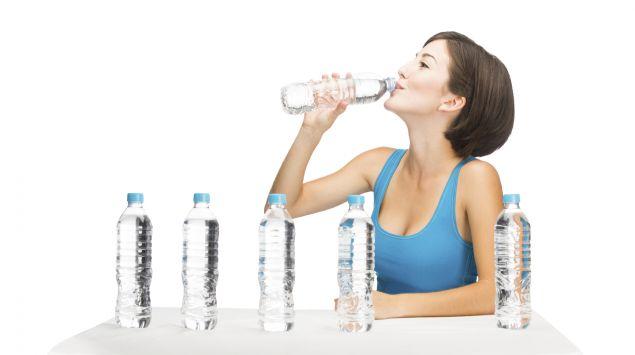 Eine Frau mit vielen Wasserflaschen.