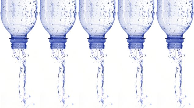 Wasser fließt aus fünf Wasserflaschen.