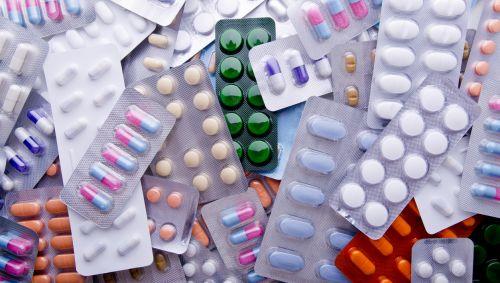 Zu sehen ist ein Haufen unterschiedlichster Tabletten in Blisterverpackungen.