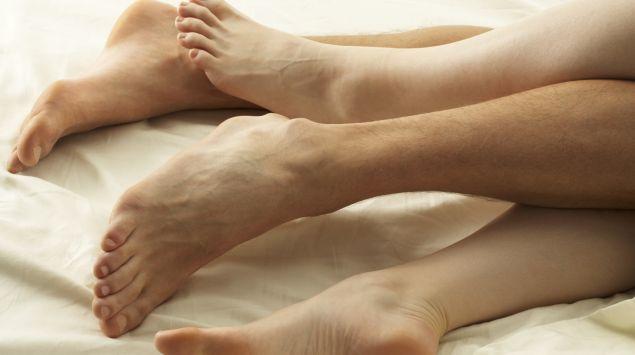 vier Füße im Bett
