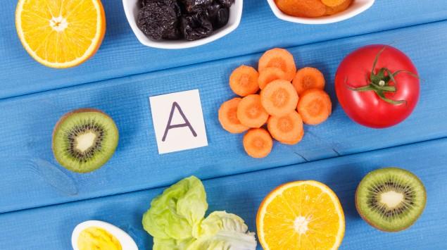 Verschiedene Obst- und Gemüsesorten liegen auf blauem Untergrund.