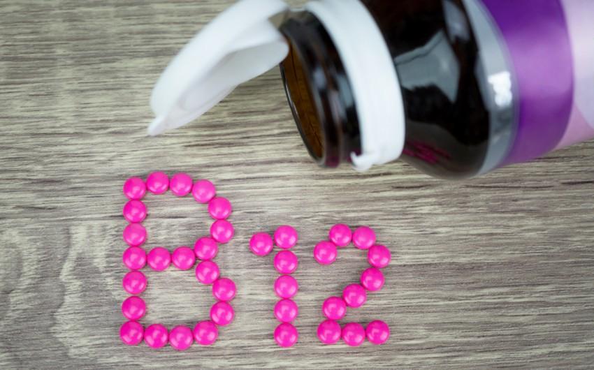 Vitamin B12: Man sieht den Schriftzug B12 aus pinken Tabletten gelegt.