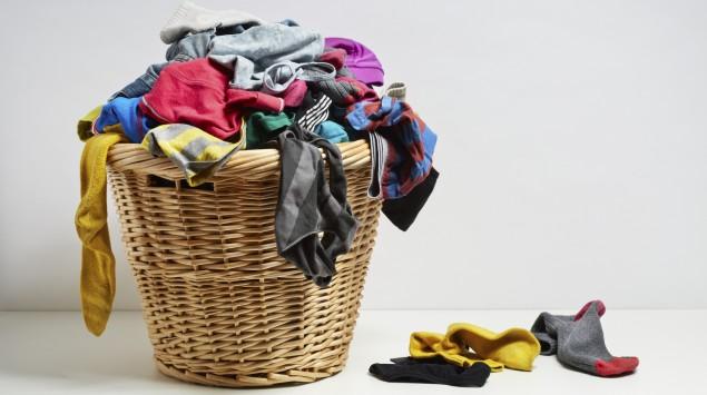 Das Bild zeigt einen Wäschekorb mit Schmutzwäsche.
