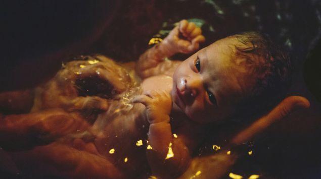 Neugeborenes nach Wassergeburt