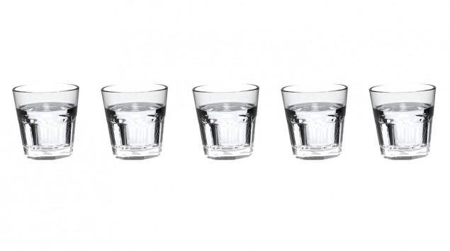 Man sieht fünf Gläser mit Wasser.