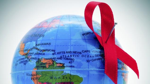 Das Bild zeigt eine Weltkugel mit einer Aidsschleife.