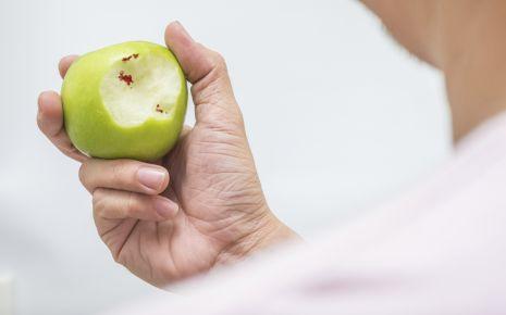 Nur bei einem sehr starken Vitamin-C-Mangel kann es zu Zahnfleischbluten kommen. In der heutigen Zeit tritt ein solcher starker Vitamin-C-Mangel allerdings kaum noch auf.