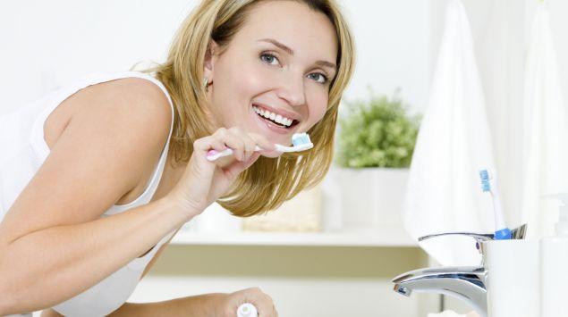 Eine Frau putzt sich die Zähne.