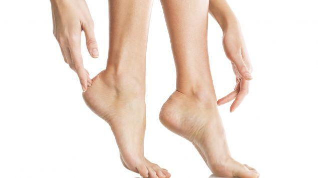 Das Bild zeigt die Füße einer Frau, die auf Zehenspitzen steht.