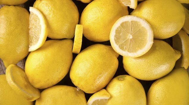 Mehrere Zitronen, einige davon aufgeschnitten.