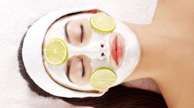 Eine Frau mit einer Gesichtsmaske aus Zitronenscheiben.