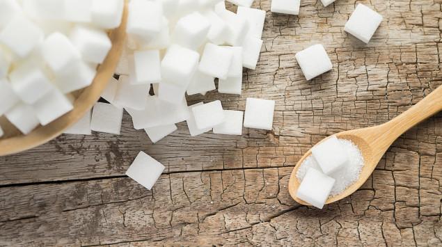 Mehrere Zuckerwürfel auf einem Tisch.