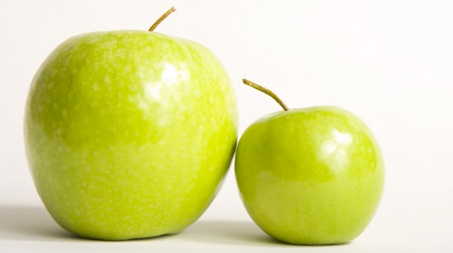 Man sieht zwei grüne Äpfel.