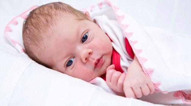 Etwa 2 Monate altes Baby schaut in die Kamera.